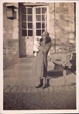 snapshot femme chapeau manteau col fourrure bébé habillé chand lampe portes