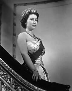 Queen Elizabeth Ii Poses For A Portrait At Buckingham Palace 2 1958 OLD PHOTO