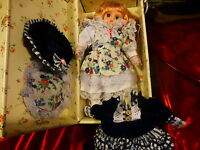 25cm ,poupée porcelaine neuve dans sa jolie boite +tenue supplémentaire
