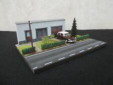 DIORAMA VEHICULES 1/43 DIMENSIONS  L 27 X l 20   X H 9,5 cm Maison façade grise