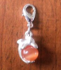 charms argentée dauphin perle oeil de chat en verre orange