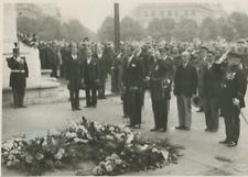 Le Roi des Belges dépose une gerbe sur la tombe du soldat inconnu, juillet 1937