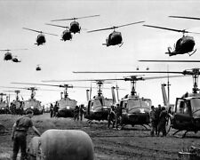 US SOLDIERS AND HUEY HELICOPTERS VIETNAM WAR 8X10 USA MILITARY PHOTO