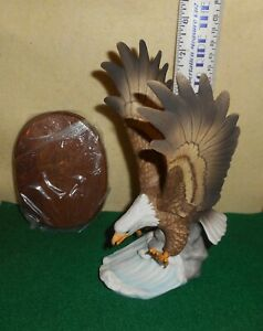 LOOK   MEICO  HUNTING  EAGLE  HANDCRAFTED  FIGURINE  PORCELAIN  BASE  DISPLAY