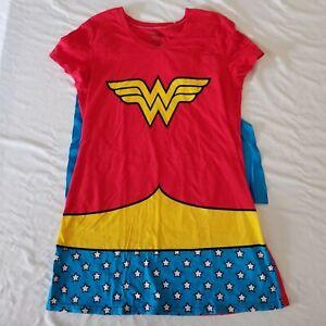 Wonder Woman T-Shirt With Detachable Cape (Size XL)