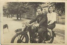 PHOTO ANCIENNE - VINTAGE SNAPSHOT - MOTO MOTOCYCLETTE AMOUREUX COUPLE -MOTORBIKE