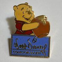 Trading Pin Walt Disney Collectors Society Winnie the Pooh Signature Lapel Pin