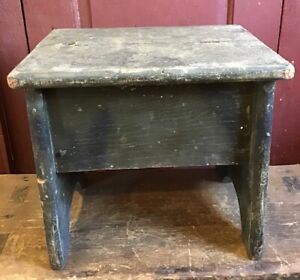 ANTIQUE SHOE SHINE BOX IN OLD GREEN AND BLACK PAINT CAST IRON FOOT MOUNT INSIDE