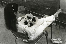 Edouard Boubat, Femme et bouquet, jardin du Luxembourg,