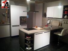WEISS HOCHGLANZ Ausstellungsküche Messeküche mit Wandinsel und Sideboard