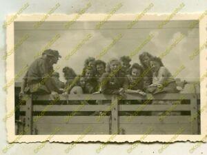 Foto, Blitzmädel, Gertraut Bretschneider Panzerattrappe Zgierz, 1944, (G), c