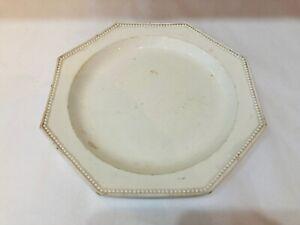 Montereau. Assiette octogonale en faience fine à décor de perles. Terre de pipe.