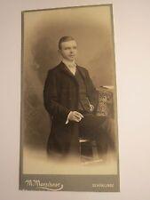 Schönlinde - 1905 - sitzender junger Mann mit Bart und Zigarette / KAB