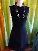 T36-38 superbe robe noire doublée ,ceintrée ,droite t b état +collier sautoir