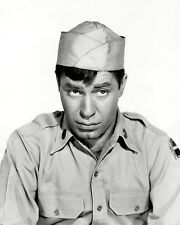 "JERRY LEWIS IN THE FILM ""THE SAD SACK"" - 8X10 PUBLICITY PHOTO (ZZ-033)"