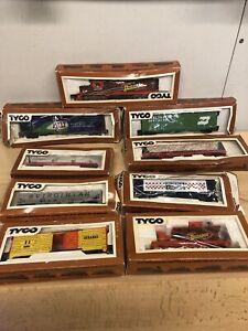 VINTAGE LOT OF TYCO HO SCALE MODEL TRAIN CARS W/BOXES