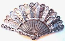 Broche clips sur col, métal argenté: éventail signé GREYEL, Art Déco Art Nouveau