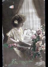 ENFANT avec COLLECTION de CARTES POSTALES dans ALBUM , cliché début 1900