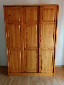 Schlafzimmerschrank gebraucht mit 3 Schiebetüren aus Massivholz in Kiefer