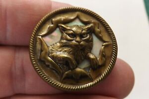 A BEAUTIFUL METAL AND MOTHER OF PEARL BUTTON  A STUDY OF A CAT 3CMS (3421)