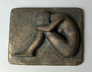 DIETER BUCK - Sitzender Akt. Unsigniertes Halbrelief aus Ton, Bronzeoptik.