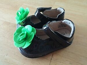 MOOSHU TODDLER GIRL'S BROWN PATENT LEATHER SHOES w/GREEN FELT FLOWER-WORN ONCE