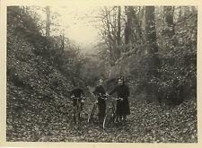 PHOTO ANCIENNE - VINTAGE SNAPSHOT - VÉLO BICYCLETTE GROUPE FORÊT - BIKE TREE