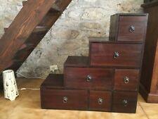 cassettiera a scaletta in legno scuro con 7 cassette. Molto carino