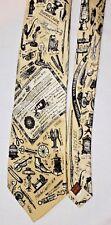 """MUSEUM Artifacts tutti Seta Cravatta da uomo oro con stampa nera brevetti USA 62.5"""""""
