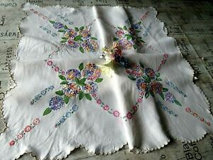 VINTAGE EMBROIDERED TABLECLOTH/ STUNNING BOUQUETS WITH PRETTY DAISY CHAIN