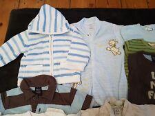 Paquete de ropa de chicos, mezclados entre 6-12 Meses (aprox. 16 artículos)