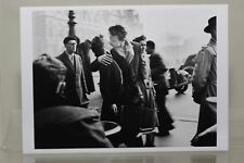 KISS BY THE HOTEL DE VILLE, PARIS,1950, by ROBERT DOISNEAU Kunst-Postkarte