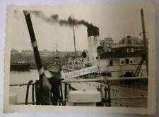 Foto mit Dampfer + Kriegsschiff im Hafen von Frankreich.  (A)