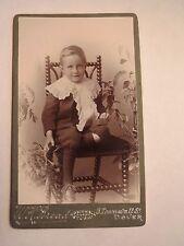 Dover - auf einem Stuhl sitzender Junge - Pflanzen / CDV England