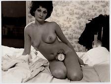 "NUDE WOMAN w ALARM CLOCK / NACKTE FRAU IM BETT m WECKER * Vintage 60s Photo ""L"""