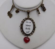 SPECCHIO, specchio sul muro BIANCANEVE REGINA CATTIVA Collana con cuore in vetro