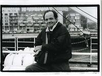 PHOTO noir & blanc PORTRAIT un homme souriant prend la pose sur un bateau