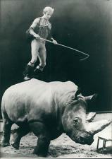 Rolf Knie en équilibre sur Zeila, un rhinocéros, 1979, Vintage silver print Vint