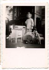 Enfant avec ses jouets cuisinière peluche - photo ancienne an. 1950