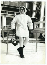 photo femme en tenue de neige à Megève vers 1969 kitch station de Ski