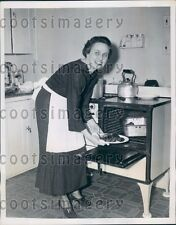 1935 Washington DC Society Lady Cooking in Her Kitchen Press Photo