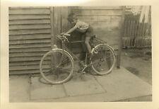 PHOTO ANCIENNE - VINTAGE SNAPSHOT - ENFANT VÉLO BICYCLETTE DRÔLE - CHILD BIKE