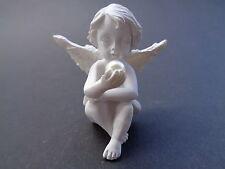 Engel 10 mit Perle in der rechten Hand, Keramik, 5 cm hoch