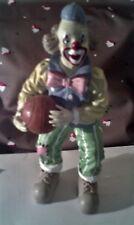 tres joli clown basketteur -- bon état - doit etre resine - 25 cm hauteur