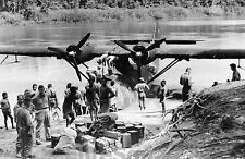 WW2 Photo American soldiers unloading flying boat PBY-5 Catalina US Navy 105