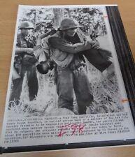 VIETNAM WAR - ORIGINAL PRESS PHOTO - US SOLDIER CARRIES VIET CONG PRISONER