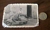 Foto kind auf LAMBRETTA Motorroller Oldtimer original -