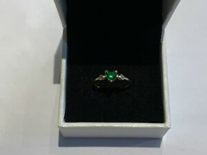 Stunning 9ct Gold Green Stone Ring Shouldered Hearts Size M Ladies