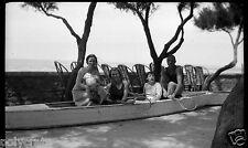 Portrait groupe barque bois raquettes de tennis - ancien négatif photo an. 1940