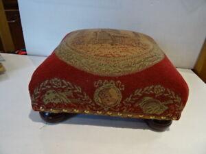 Ancien tabouret repose-pieds 30 x 30 x 15 cm bois recouvert tissu clouté TBE